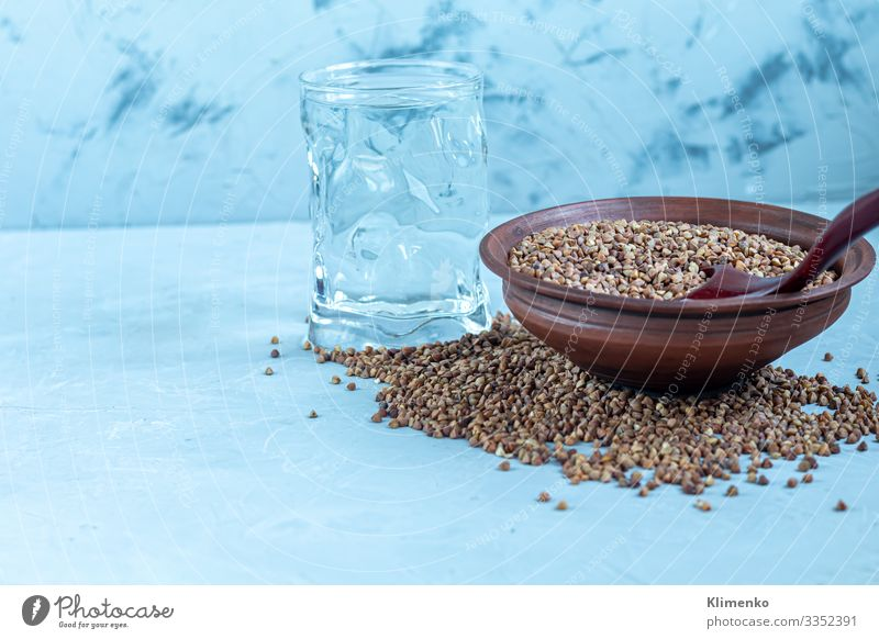 Buchweizen roh, mittelmäßig selten. Gemessen für die Herstellung von Brei. Gemüse Frucht Ernährung Vegetarische Ernährung Limonade Saft Pfanne Lifestyle Sommer