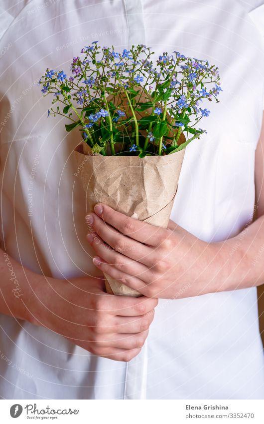 Ein Strauß Vergissmeinnicht in den Händen des Mädchens. Kräuter & Gewürze Lifestyle elegant Feste & Feiern Valentinstag Muttertag Hochzeit Geburtstag Frau