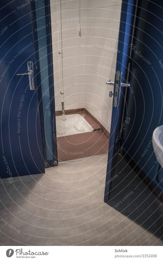 Hocktoilette blau weiß braun grau Raum frei Tür offen authentisch Fliesen u. Kacheln Toilette defäkieren