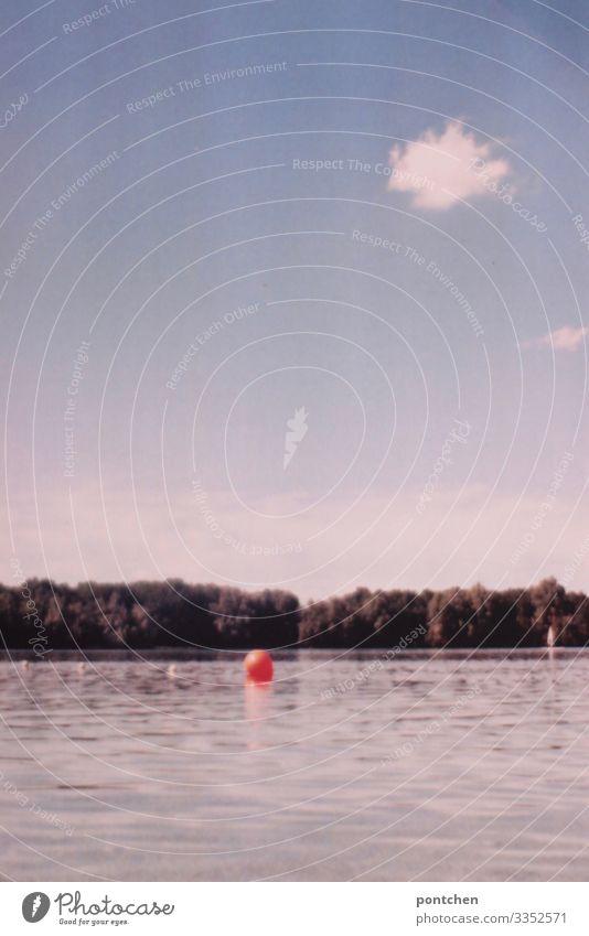 Rote Boje schwimmt im See vor Himmel mit  wenigen Wolken Ferien & Urlaub & Reisen Ausflug Sommer Sonne Umwelt Natur Landschaft Wasser Schönes Wetter Baum