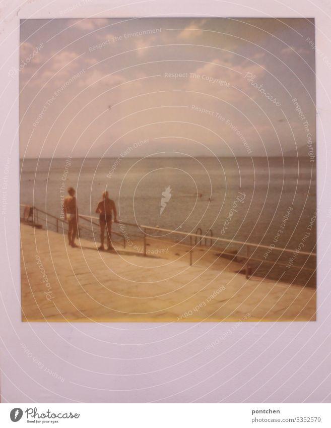 Polaroid zeigt: Zwei ältere Männer in Badehosen am Strand blicken aufs Meer sportlich Fitness Übergewicht Ferien & Urlaub & Reisen Tourismus Sommer Sommerurlaub