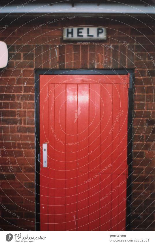 Schild mit Aufschrift Help über roter Tür England Gebäude Kommunizieren Hilfesuchend Erste Hilfe Backstein Toilette Schilder & Markierungen Mechanismus leuchten