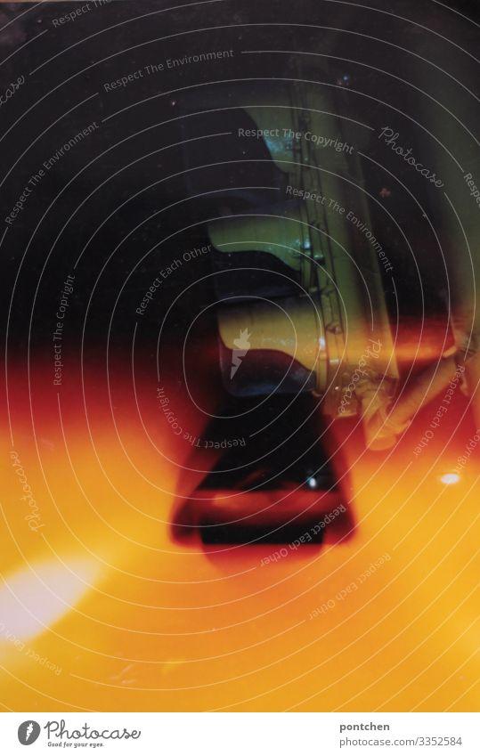 Analoges fehlbelichtetes Foto zeigt Ampelanlage in der Nacht Autofahren warten Rote ampel rot gelb Verkehr Schutz blitzen verkehrssünder Raser Geschwindigkeit