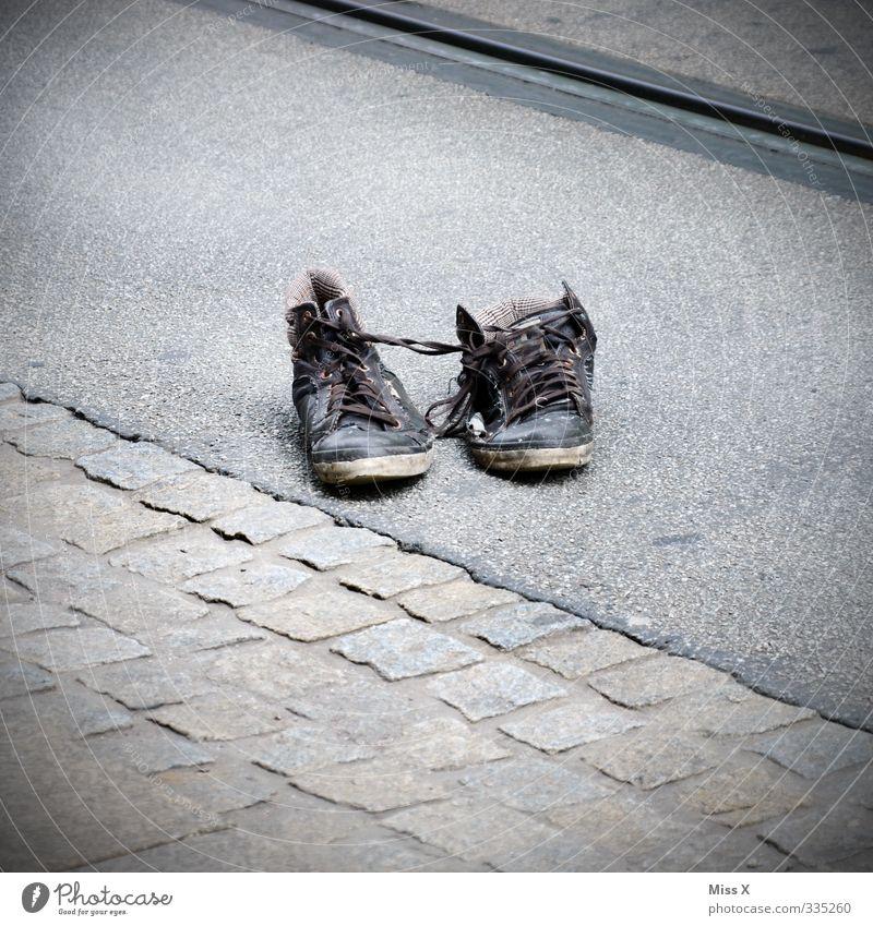 alte Latschn Straße Senior grau Schuhe Stiefel ausgelatscht Altkleidersammlung