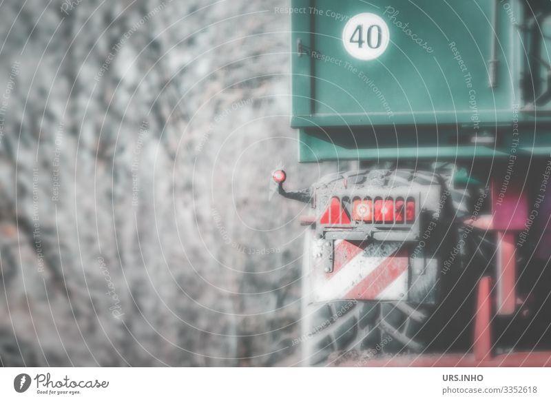 Teil eines Anhängers mit Aufkleber 40 Güterverkehr & Logistik Lastwagen Ziffern & Zahlen fahren Ekel braun grau grün rot schwarz Reifen Rücklicht Landwirtschaft