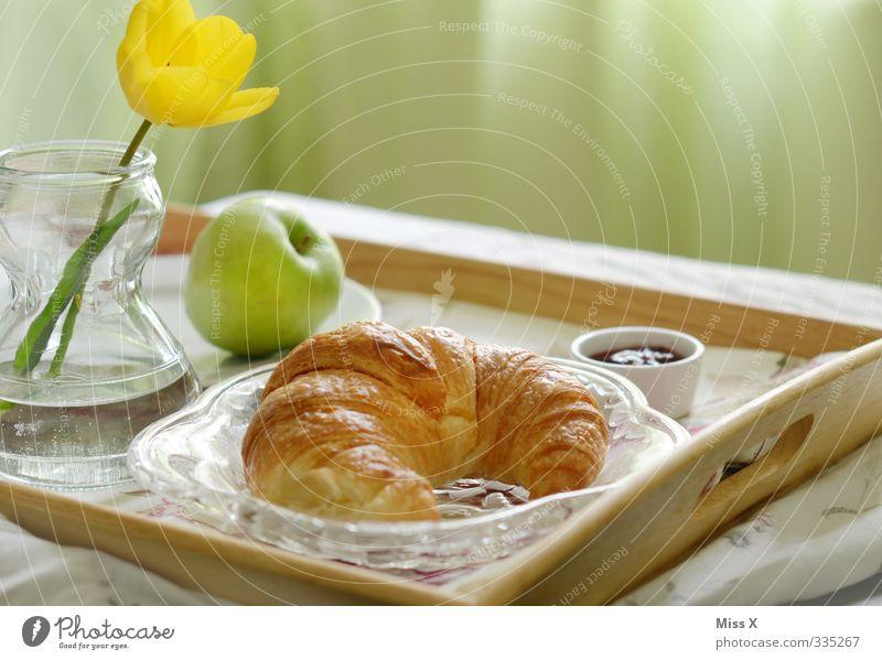 Frühstück* Lebensmittel Apfel Teigwaren Backwaren Croissant Marmelade Ernährung Kaffeetrinken Geschirr Bett Feste & Feiern Muttertag Blume Tulpe lecker süß