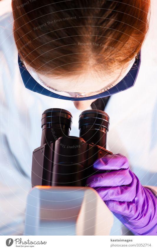 Biowissenschaftlerin, die im Labor mikroskopiert. Medikament Wissenschaften Prüfung & Examen Arbeit & Erwerbstätigkeit Arzt Krankenhaus Technik & Technologie