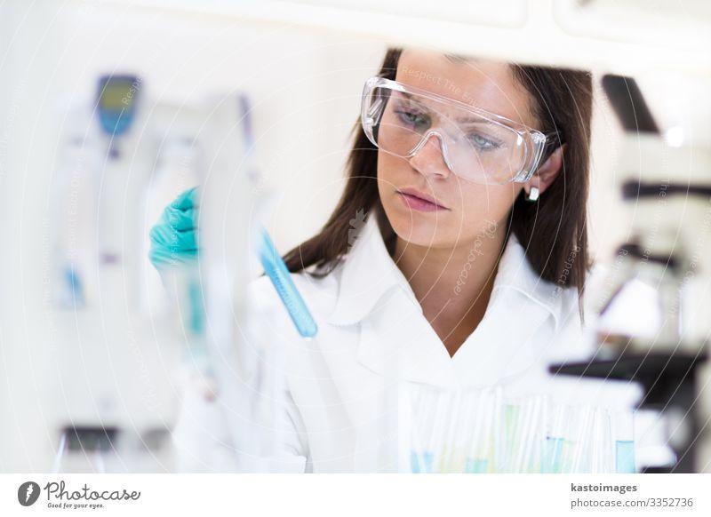 Chemikerin, die in einem wissenschaftlichen Labor arbeitet. Gesundheitswesen Medikament Wissenschaften Prüfung & Examen Arbeit & Erwerbstätigkeit Arzt