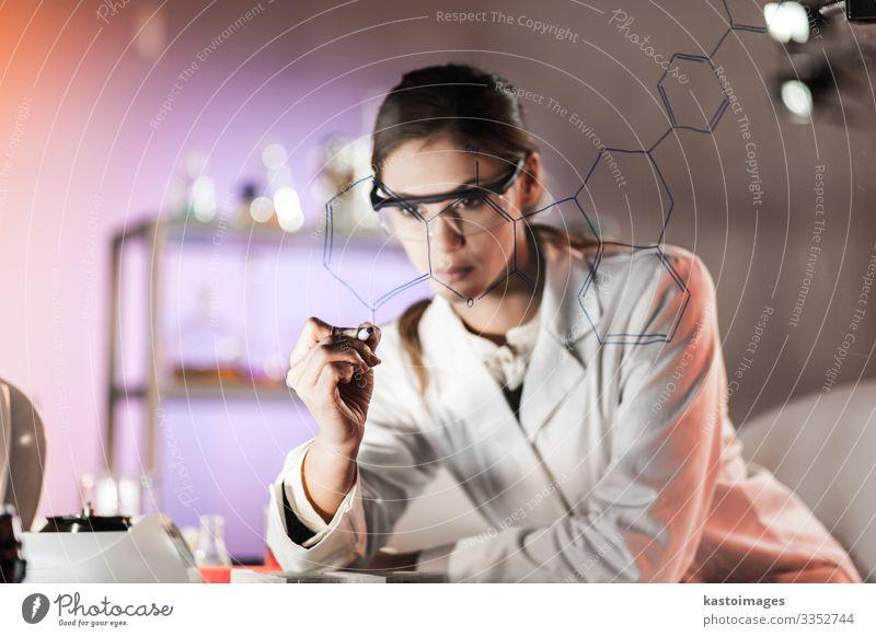 Forscherin im Labor für Biowissenschaften. Gesundheitswesen Medikament Wissenschaften Studium Arbeit & Erwerbstätigkeit Beruf Arzt Krankenhaus Industrie