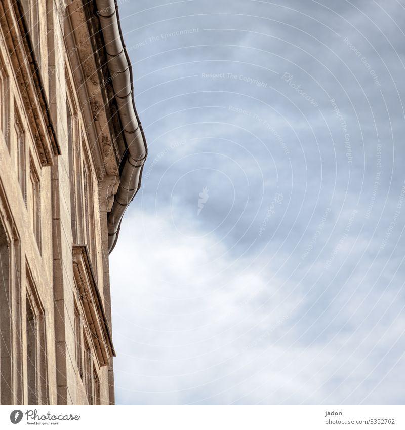 hausecke vor bewölktem himmel. Fassade Himmel Architektur Fenster Haus Menschenleer Außenaufnahme Mauer Wand Farbfoto trist Froschperspektive Stadt Dachrinne