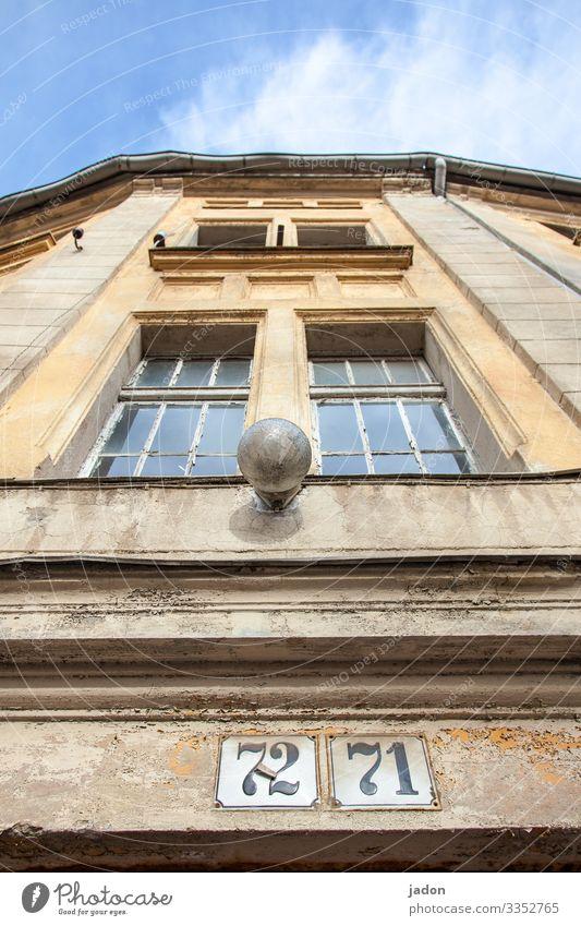 doppelhaus (72/71). Fassade Lampe Außenaufnahme Haus Fenster Wand Farbfoto Menschenleer Tag Gebäude Bauwerk Architektur Stadt Häusliches Leben Altstadt