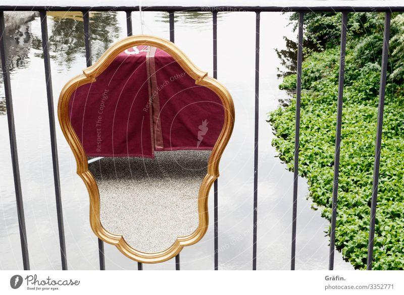 Spiegel am Brückengeländer Spiegelbild Spiegelung Außenaufnahme Fluss Flussufer Illusion Tageslicht Ornament Konstrast Flohmarkt Flohmarktstand Antiquität