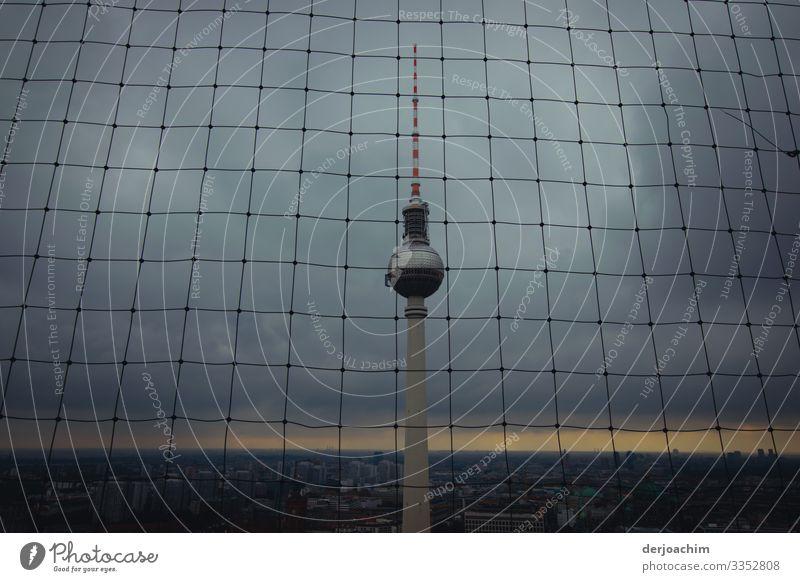 Schlechtes Wetter am Turm Sommer dunkel Architektur Leben Umwelt Berlin Deutschland Design leuchten Telekommunikation genießen einzigartig beobachten historisch