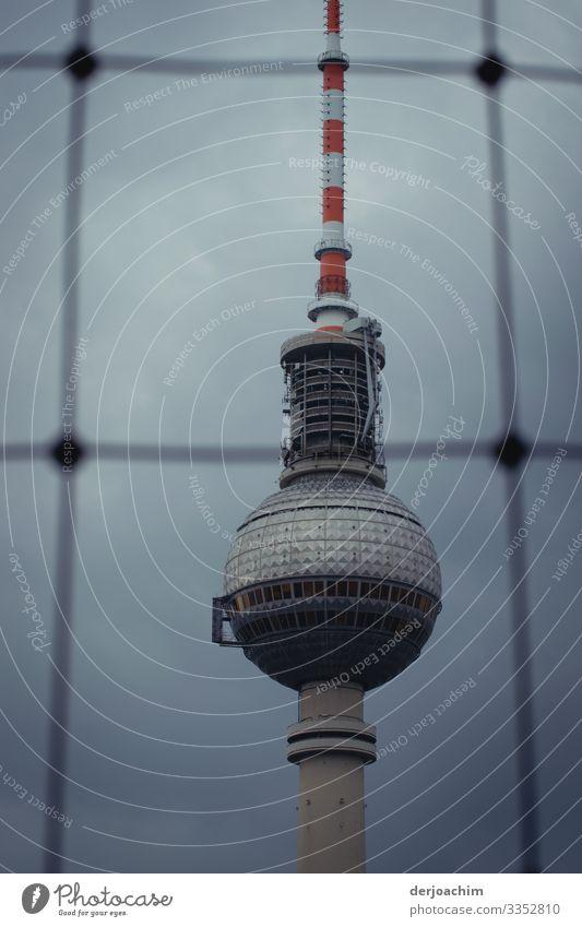 Berliner Fernsehturm hinter Gitter Turm Architektur Wahrzeichen Himmel Hauptstadt Sehenswürdigkeit Farbfoto Deutschland Bauwerk Menschenleer Außenaufnahme