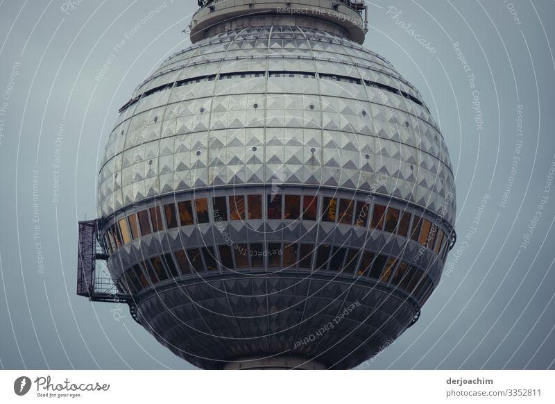 Berliner Ufo. Der Berliner Fernsehturm , nur der Obere Teil im Wolkenlosen Himmel. Design harmonisch Telekommunikation Umwelt Sommer Schönes Wetter Stadtzentrum