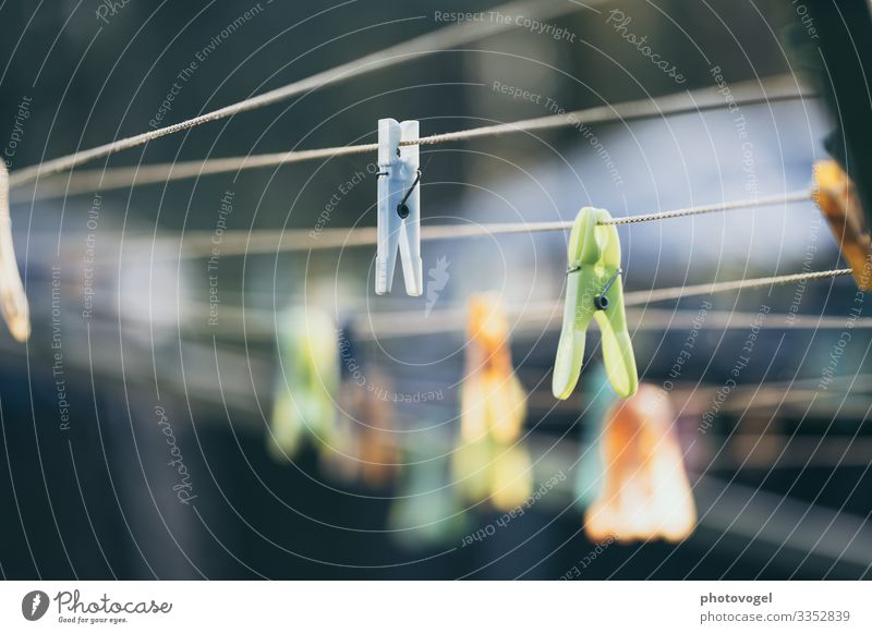 Wäscheleine Wäscheklammern Unschärfe Leichtigkeit leicht Alltagsfotografie Alltagsleben Haushalt Ordnung