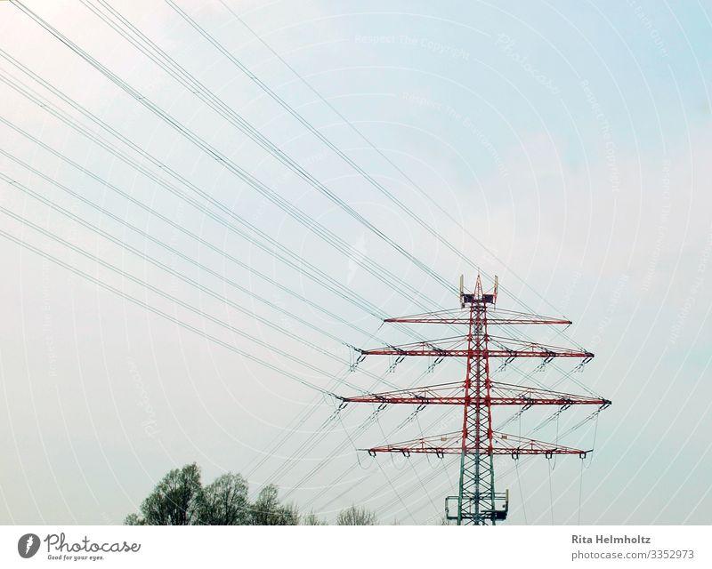 Strommast Technik & Technologie Energiewirtschaft Umwelt Wolkenloser Himmel Klimawandel Metall Stahl Linie blau grün rot planen Umweltschutz Ferne Zukunft
