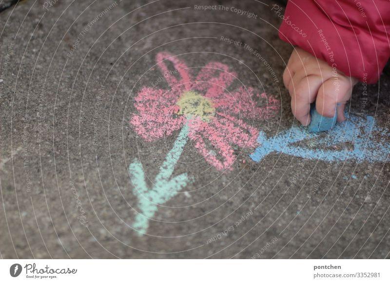 Kinderhand malt Blume mit Straßenkreide auf Asphalt Freizeit & Hobby Spielen zeichnen Kreide straßenkreide Handy Kleinkind Kindheit malen blau rot grün Freude