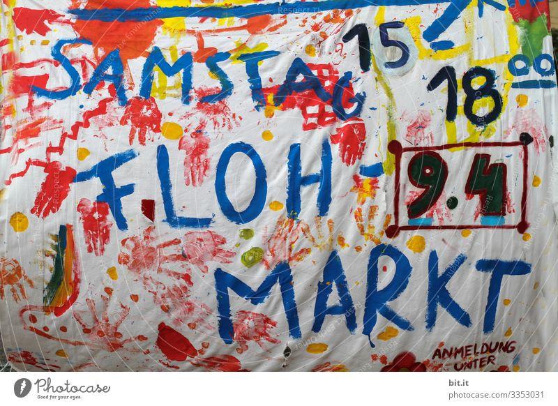 Buntes, lustiges, witziges, fröhliches Plakat aus Stoff mit von Hand geschriebenen Buchstaben / Einladung mit Stofffarben, zu einer Veranstaltung mit Uhrzeit und Datum, von einem Flohmarkt, am Samstag, in der Stadt.