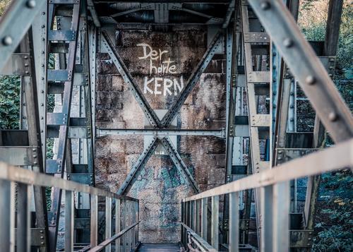 Unter einer Eisenbahnbrücke. Industrie Menschenleer Brücke Bauwerk Schienenverkehr Arbeit & Erwerbstätigkeit Kraft Abenteuer Stahlbrücke stahlblau Geländer