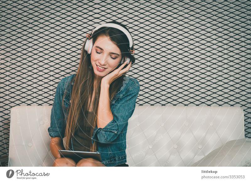Ein junges, hübsches Mädchen genießt die Musik. Lifestyle Stil Glück schön Erholung Freizeit & Hobby Telefon Mensch Frau Erwachsene Jugendliche genießen hören