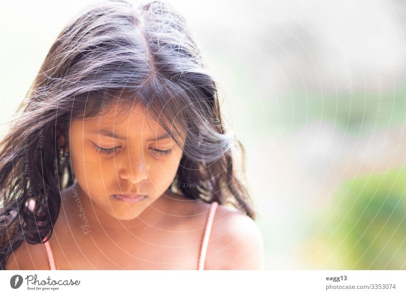 Süßes, nachdenkliches brünettes Mädchen mit süßen, langen Haaren Lifestyle elegant Stil schön Haare & Frisuren Haut Gesicht Leben Kind Mensch feminin Kopf