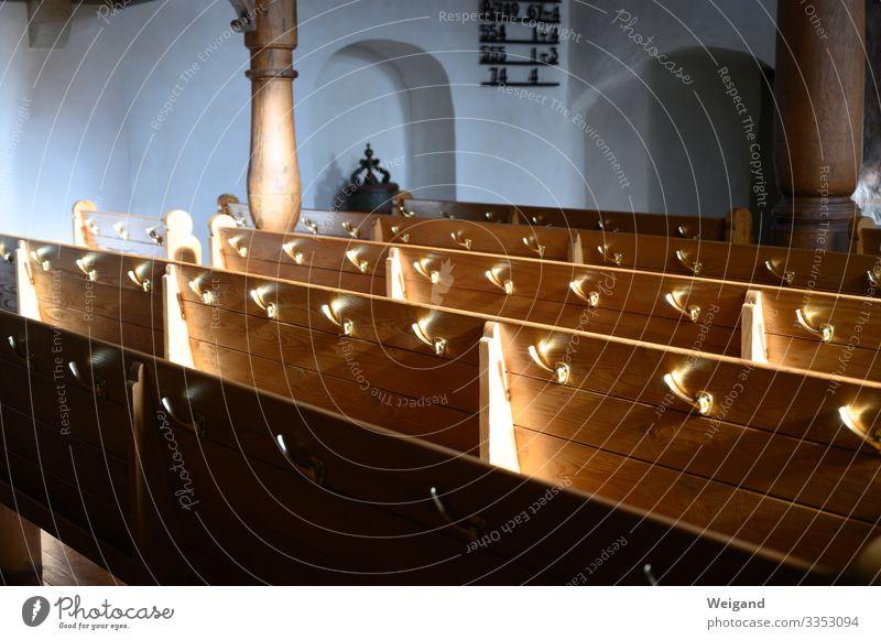 Kirchenbank sitzen Langeweile Bank Glaube Christentum Katholizismus Protestantismus Gottesdienst Innenaufnahme Textfreiraum links