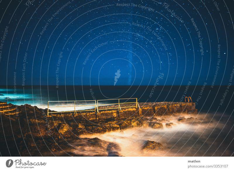 Naechtlich Landschaft Himmel Wolkenloser Himmel Nachthimmel Horizont Frühling Schönes Wetter Küste Meer Menschenleer maritim blau braun weiß Anlegestelle