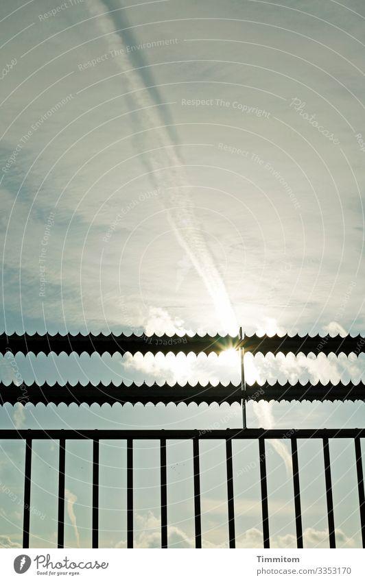 Sonne und Gitter Himmel Wolken Sonnenlicht Wetter Zaun Metall Linie ästhetisch blau schwarz weiß Farbfoto Außenaufnahme Menschenleer Tag Licht Schatten