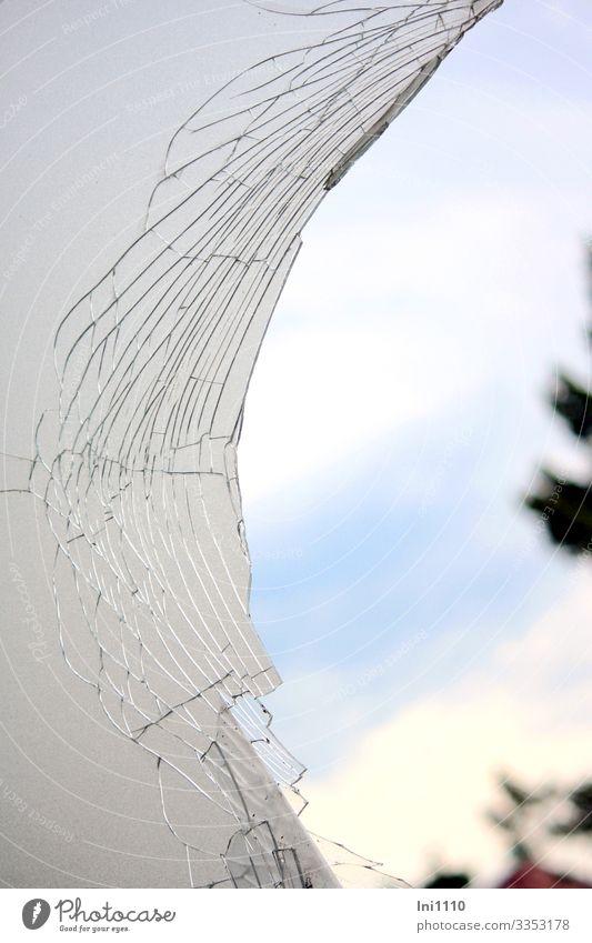 Blick durch Loch von zerbrochener Milchglasfensterscheibe zum blauen Himmel Ruine Denkmal Glas grau weiß Fensterscheibe kleben Zerbrochenes Fenster