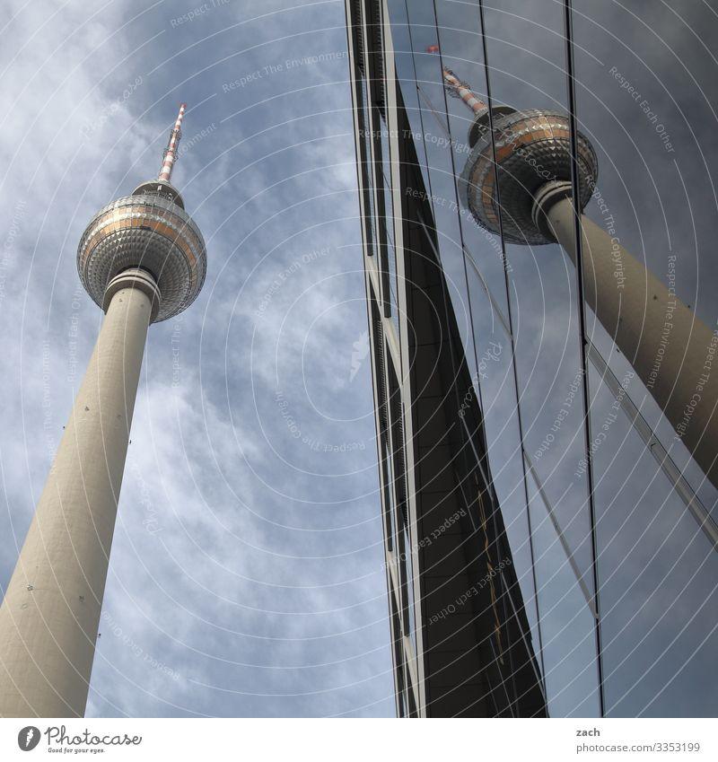 Fernsehturm Berlin mit Spiegelung am Alexanderplatz Stadt Turm Stadtzentrum Hauptstadt Fassade Sehenswürdigkeit Wahrzeichen Berliner Fernsehturm groß hoch