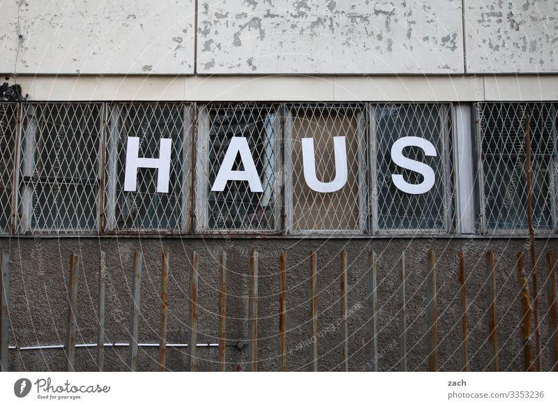 Haus Häusliches Leben Wohnung Berlin Stadt Stadtzentrum Fabrik Ruine Mauer Wand Fassade Fenster Zeichen Schriftzeichen grau Verfall Vergänglichkeit