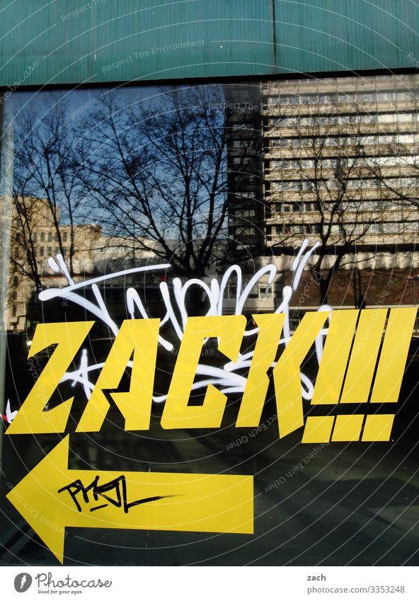 Zack Himmel Baum Berlin Stadt Stadtzentrum Haus Hochhaus Bankgebäude Mauer Wand Fassade Fenster Zeichen Schriftzeichen Graffiti Linie Pfeil gelb Zickzack