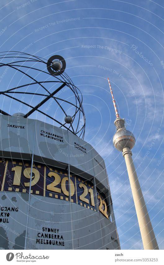 Fernsehturm und Weltzeituhr in Berlin Alexanderplatz Berliner Fernsehturm Turm Wahrzeichen Hauptstadt Architektur Sehenswürdigkeit Himmel blau Farbfoto