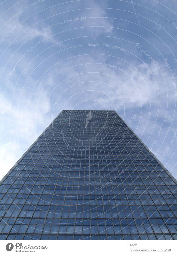in die Wolken Himmel Schönes Wetter Berlin Stadt Hauptstadt Stadtzentrum überbevölkert Menschenleer Haus Hochhaus Bankgebäude Industrieanlage Turm Mauer Wand