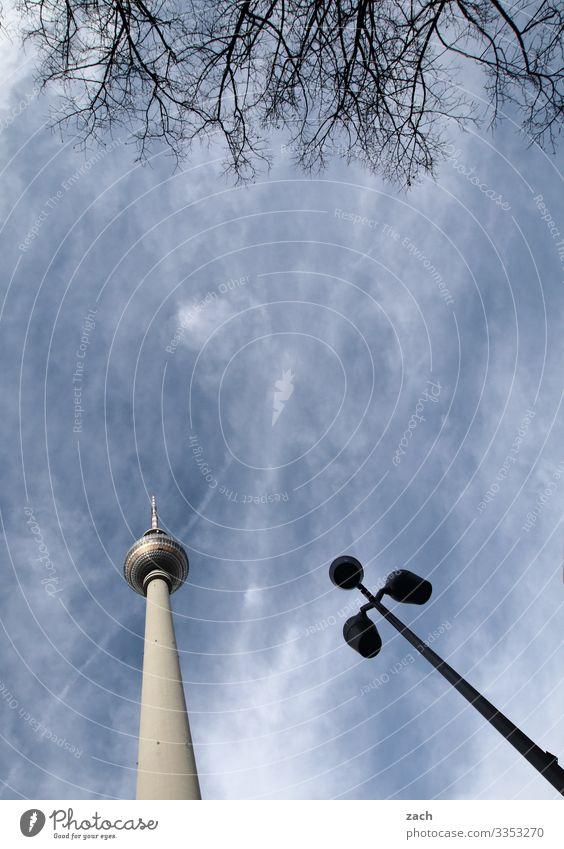 Berliner Dreierlei Himmel Wolken Schönes Wetter Stadt Hauptstadt Stadtzentrum Turm Sehenswürdigkeit Wahrzeichen Berliner Fernsehturm groß hoch blau grau