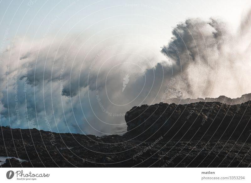 Wasserwelten Landschaft Urelemente Himmel Wolkenloser Himmel Frühling Wetter schlechtes Wetter Sturm Felsen Küste Meer gigantisch maritim blau braun weiß Wellen