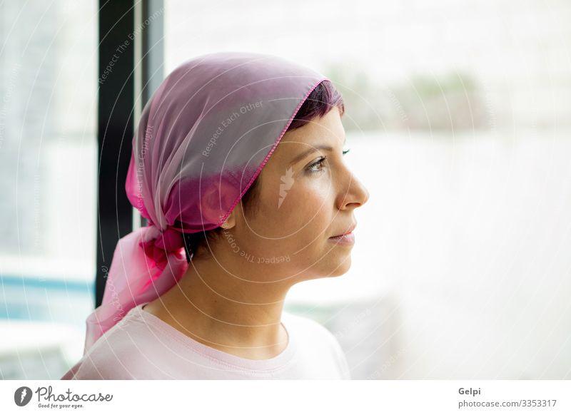 Frau mit rosa Schal auf dem Kopf. Krebs-Bewusstsein Glück Krankheit Erholung Krankenhaus Erwachsene Glatze Lächeln stark selbstbewußt Hoffnung Gesundheit Pflege