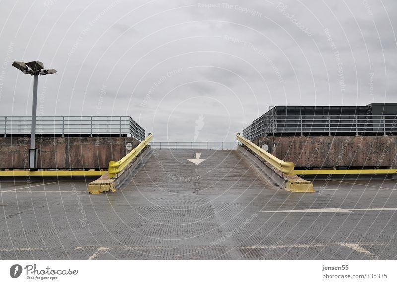Abfahrt Verkehr Verkehrswege fahren gelb grau Gelassenheit demütig Traurigkeit Einsamkeit modern Ordnung Pause Farbfoto Außenaufnahme Menschenleer