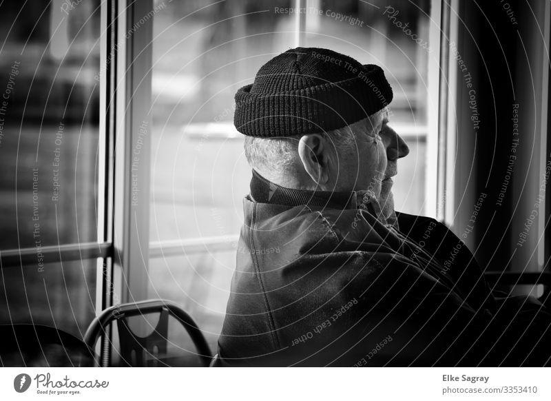 Nachdenklich Mensch Männlicher Senior Mann 60 und älter Denken authentisch natürlich schwarz Zufriedenheit Verschwiegenheit Schwarzweißfoto Innenaufnahme