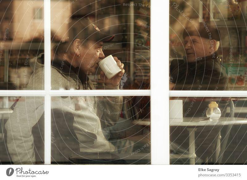 Hinter Glas Mensch maskulin Mann Erwachsene Männlicher Senior 2 60 und älter Beratung sprechen trinken schwarz Zusammensein Erholung Freundschaft Gelassenheit