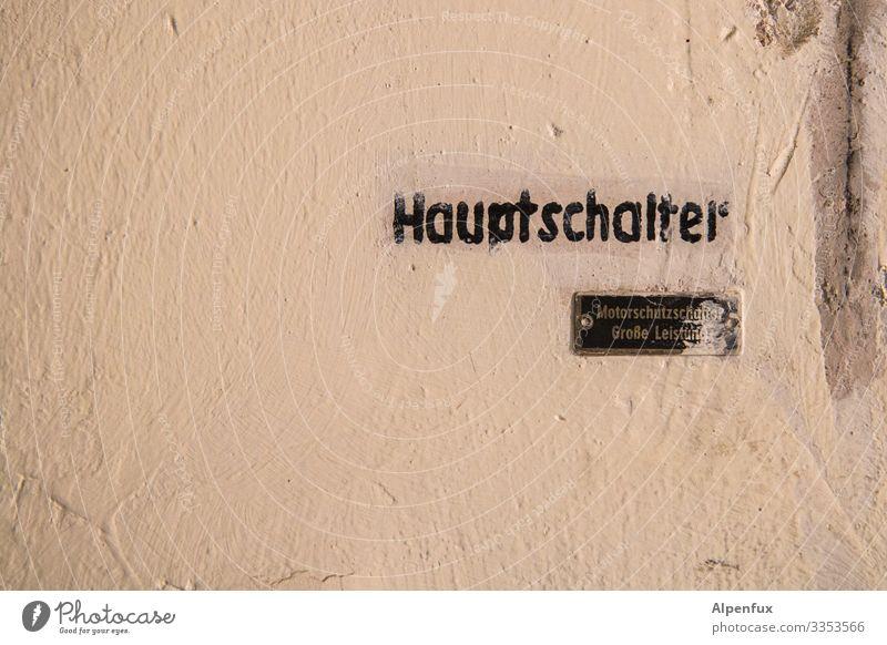 Große Leistung Grafitti Wand Buchstaben Rechte Grau Schriftzeichen Mauer Beton Menschenleer Wort Fassade kämpfen Schalter Typenschild Schutzschalter