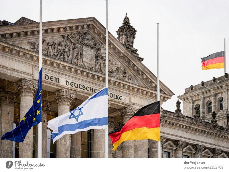 Bundestag mit Flaggen auf Halbmast Ferien & Urlaub & Reisen Tourismus Freiheit Sightseeing Stadtzentrum Bauwerk Gebäude Architektur Sehenswürdigkeit Wahrzeichen