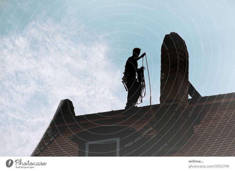 der schwarze mann auf dem dach Arbeit & Erwerbstätigkeit Handwerker Schornsteinfeger Zunft Handwerksberuf Glücksbringer Arbeitsplatz maskulin Mann Erwachsene