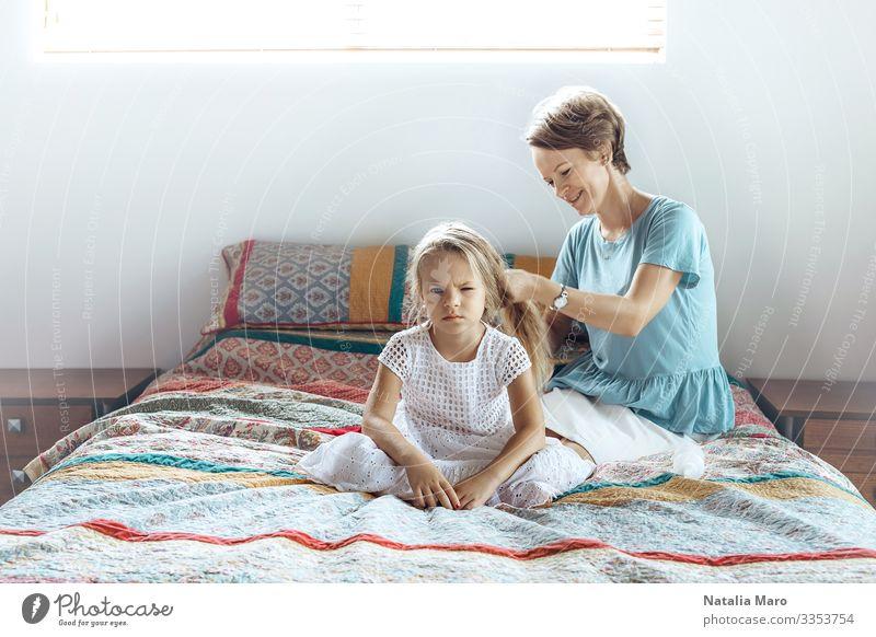 Mutter und Tochter, Haarschleife Lifestyle Glück schön Haare & Frisuren Gesicht Wohnung Kindererziehung Mensch Frau Erwachsene Eltern Familie & Verwandtschaft