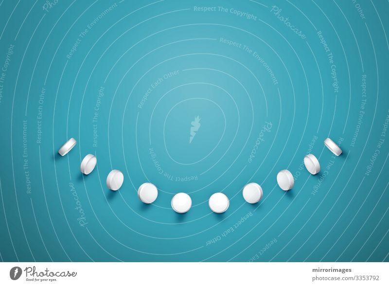 Pillenreihe, die ein weißes Lächeln auf türkisfarbenem Hintergrund erzeugt Ernährung Diät elegant Stil Freude Glück Gesicht Gesundheit Gesundheitswesen