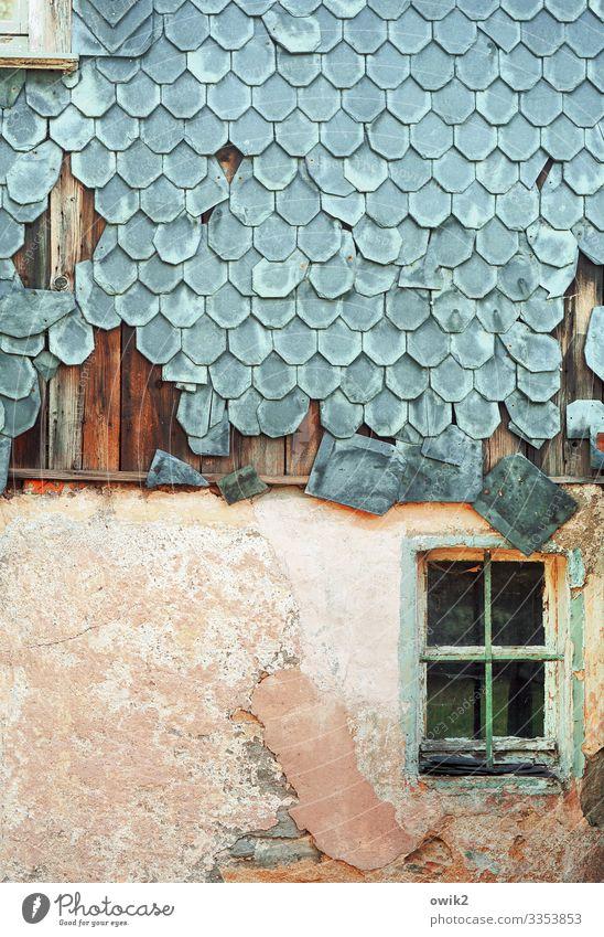Früher oder später Dorf Menschenleer Haus Mauer Wand Fassade Fenster alt trashig ruhig Verfall Vergangenheit Vergänglichkeit Zerstörung Schiefer Schaden