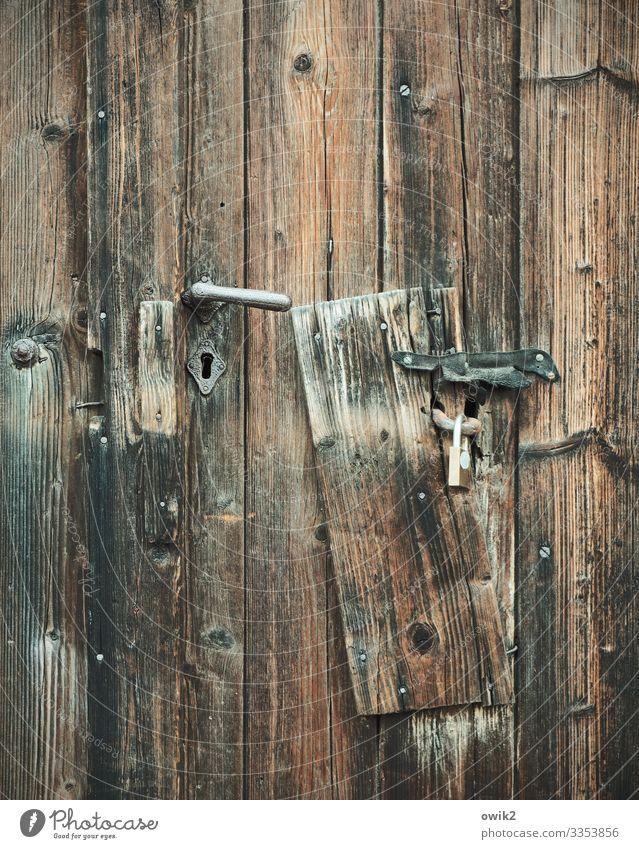 Brett zu Tür Griff Holzbrett Metall alt Schutz Sicherheit Vergangenheit Vorhängeschloss Schlüsselloch Holzstruktur Holzmaserung Farbfoto Gedeckte Farben