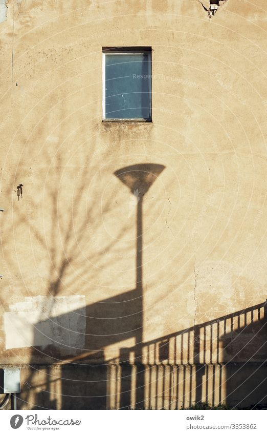 Standort Bautzen Stadtrand Menschenleer Haus Mauer Wand Fassade Fenster alt groß hoch Laternenpfahl Straßenbeleuchtung Tor Baumschatten verfallen Zahn der Zeit
