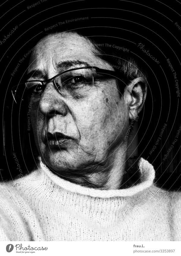 Adjöh Schwarz Mensch feminin Frau Erwachsene 1 60 und älter Senior Pullover Brille Haare & Frisuren schwarzhaarig kurzhaarig alt Blick hässlich Sorge Trauer